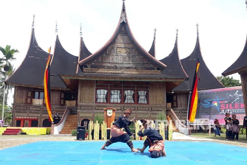 Para tuo silek (guru silat) berkumpul di Pagaruyung, Sumatra Barat dalam acara 'Maestro Silek Minang', Ahad (11/11).