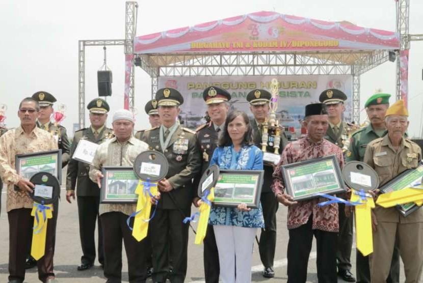 Para veteran dan ahli waris veteran penuang penerima manfaat program bedah rumah PLN pada HUT TNI ke-73, usai menerima secara simbolis di Lanumad Ahmad Yani Semarang, Jumat (5/10).