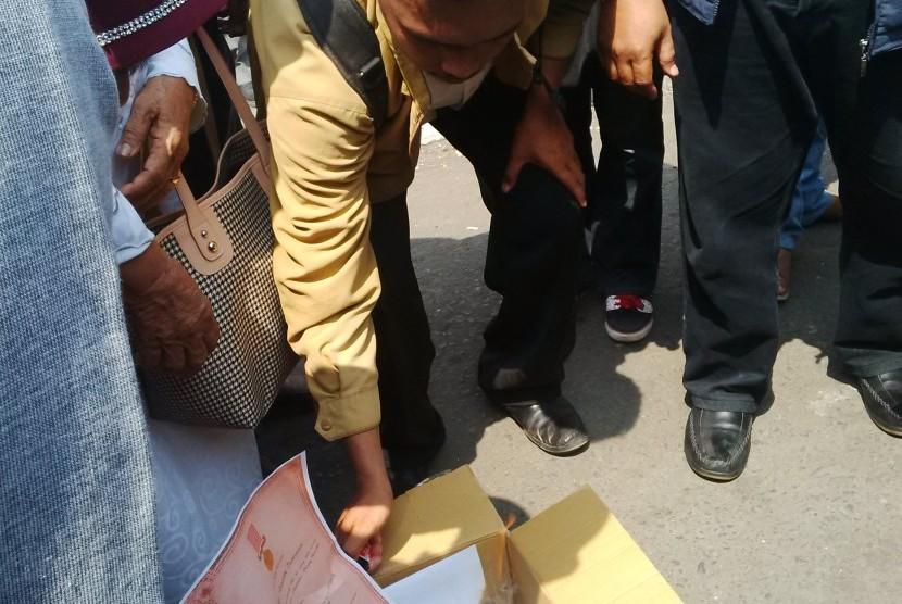 Para veteran di Sulawesi Selatan bakar tanda jasa pahlawan sebagai bentuk protes rumah para veteran yang digusur, Selasa (10/11).
