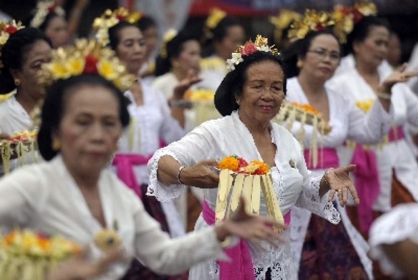 Para wanita Bali lanjut usia (lansia)