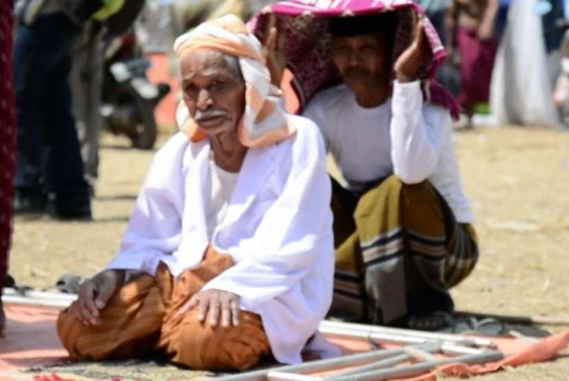 Para warga korban gempa melakukan Shalat Jumat berjamaah di posko pengungsian, (10/8).
