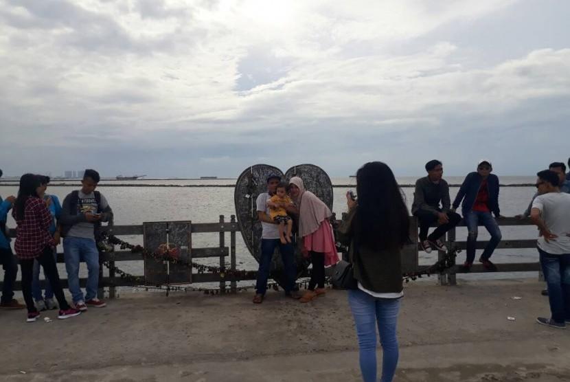 Berburu Foto Di Dermaga Hati Dan Jembatan Cinta Ancol Republika Online