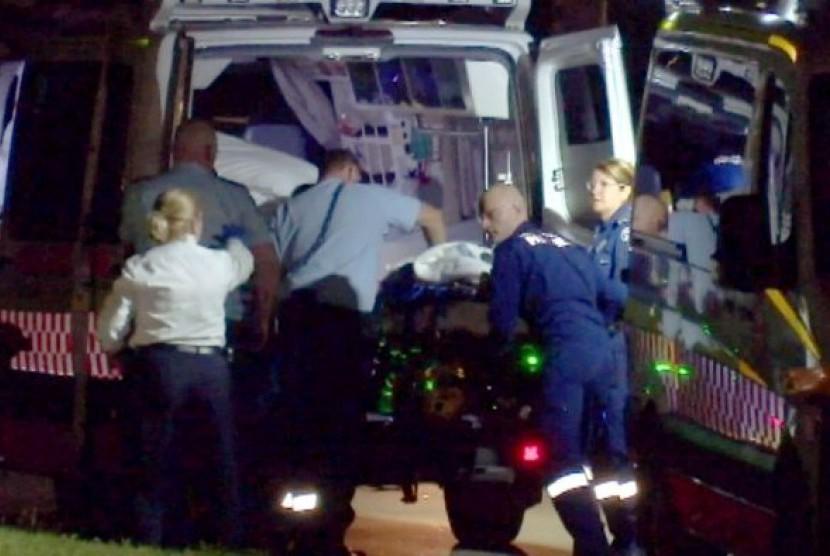 Paramedis sedang berusaha menolong Stephen Chapman yang kemudian meninggal dalam perjalanan ke rumah sakit.