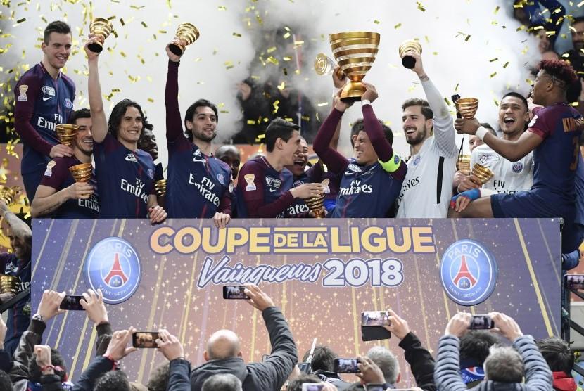 Paris Saint-Germain merayakan kemenangan Piala Liga Prancis.
