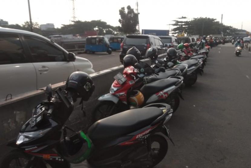 Parkir liar di depan Mall Season City, Tambora,  Jakarta Barat, Jumat (17/5).