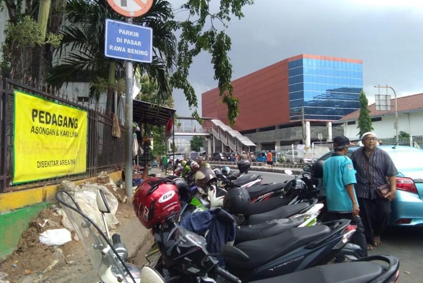 Parkir liar di Jalan Jatinegara,  Jakarta Timur, Jumat (12/4).