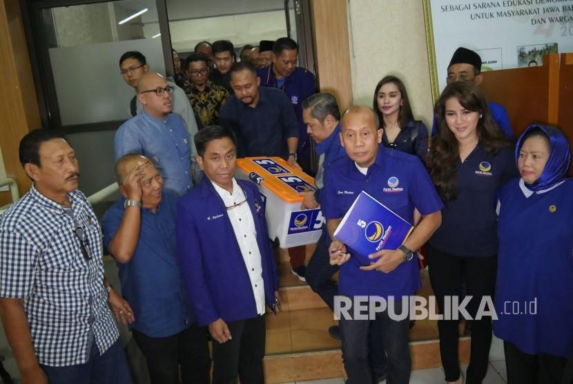 Partai Nasdem Jawa Barat mendaftarkan bakal calon legislatif (Bacaleg) untuk mengikuti Pemilihan Legislatif 2019, di Kantor Komisi Pemilihan Umum (KPU) Jawa Barat, Jalan Garut Kota Bandung, Senin (16/7). Dalam kesempatan itu ikut serta seorang model Olla Ramlan.