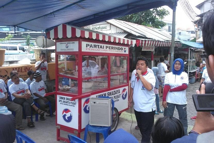 Partai Perindo bagikan 400 gerobak kepada masyarakat pemilik usaha mikro, kecil dan menengah di Jakarta.