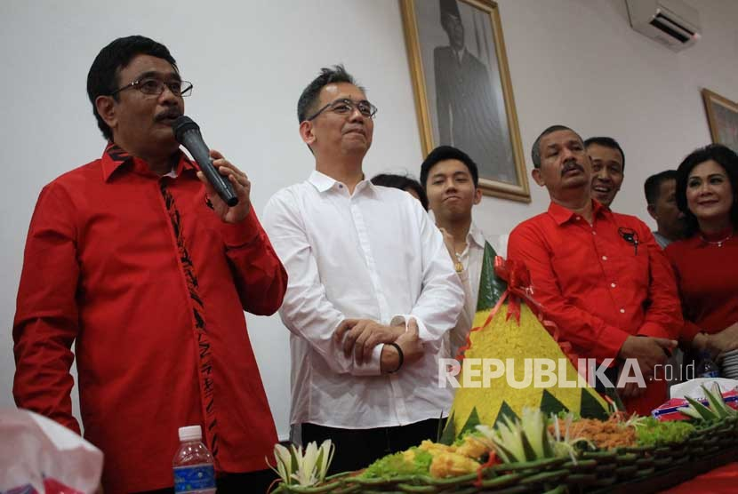 Pasangan bakal calon Gubernur dan Wakil Gubernur Sumut Djarot Syaiful Hidayat (kiri) - Sihar Sitorus (tengah) memberikan pidatonya saat acara HUT PDIP ke-45 di Medan, Sumatera Utara, Rabu (10/1).