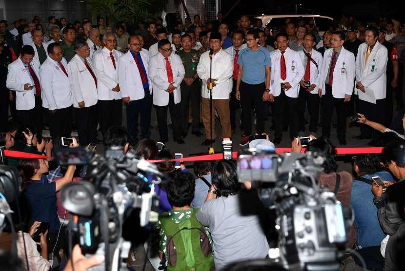 Pasangan bakal calon presiden dan calon wakil presiden Pilpres 2019 Prabowo Subianto (keenam kanan) dan Sandiaga Uno (kelima kanan) beserta tim dokter dari IDI memberikan keterangan pers usai tes kesehatan di RSPAD, Jakarta, Senin (13/8).