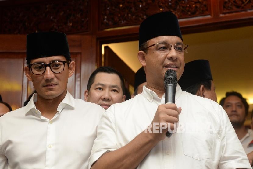 Pasangan Cagub Cawagub DKI Jakarta Anies Baswedan dan Sandiaga Uno menggelar konferensi pers di Posko Pemenangan Paslon Anies-Sandi Kertajaya, Jakarta, Rabu (19/4).
