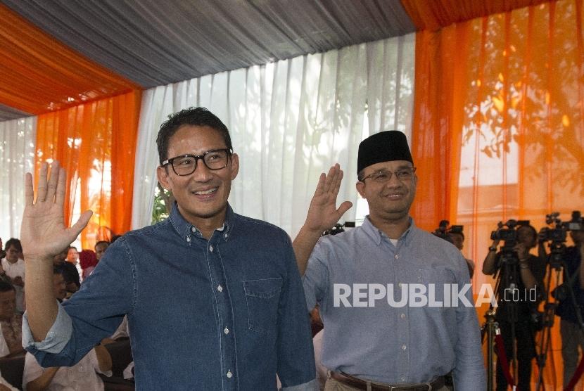 Pasangan Cagub dan Cawagub DKI Jakarta terpilih Anies Baswedan (kanan) dan Sandiaga Uno