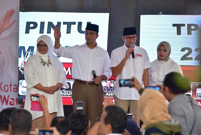Pasangan Cagub dan Cawagub nomer tiga DKI Jakarta Anies Baswedan - Sandiaga Uno bersama pasangan bertemu usai pencoblosan di Posko Pemenangan Cicurug, Jakarta Pusat, Rabu (15/2).
