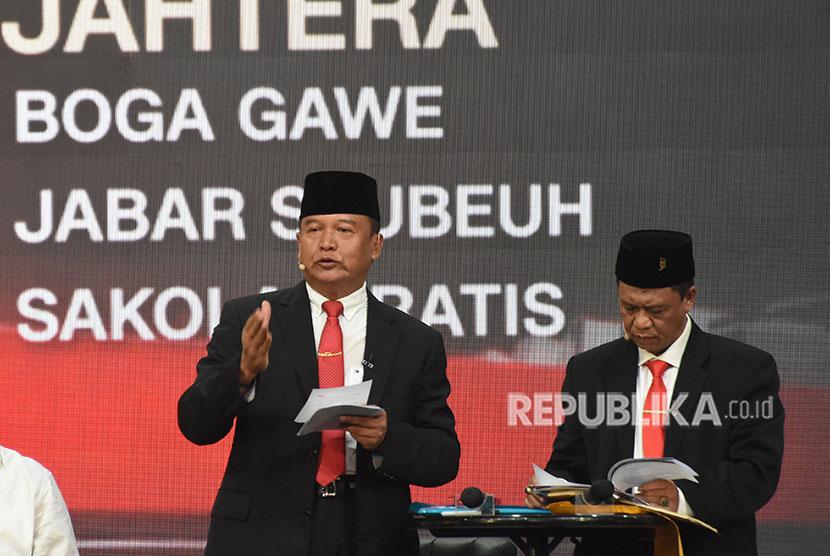 Pasangan calon gubernur dan wagub Jawa Barat nomor urut dua TB Hasanuddin (kiri)-Anton Charliyan (kanan) menyampaikan visi dan misinya pada Debat Publik Putaran Kedua Pillgub Jabar 2018 di Balairung Universitas Indonesia, Depok, Jawa Barat, Senin (14/5).