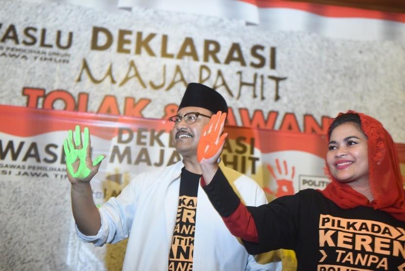 Pasangan calon gubernur dan wagub Jawa Timur Saifullah Yusuf-Puti Guntur Soekarno menunjukan tangannya saat Deklarasi Majapahit di Surabaya, Jawa Timur, Rabu (14/2).