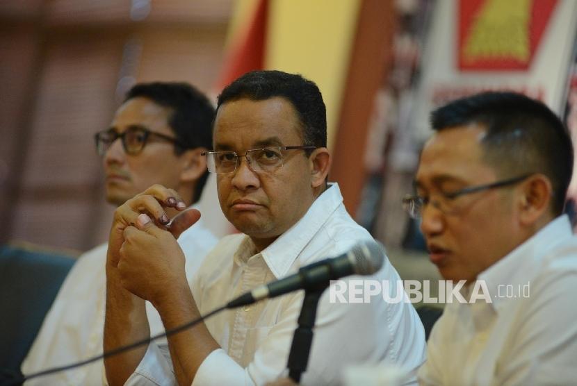 Pasangan calon gubernur dan wakil gubernur DKI Jakarta, Anies Rasyid Baswedan (tengah)-Sandiaga Uno (kiri) dan tim konsultan pemenangan Anies-Sandi Eep Saefulloh (kanan).