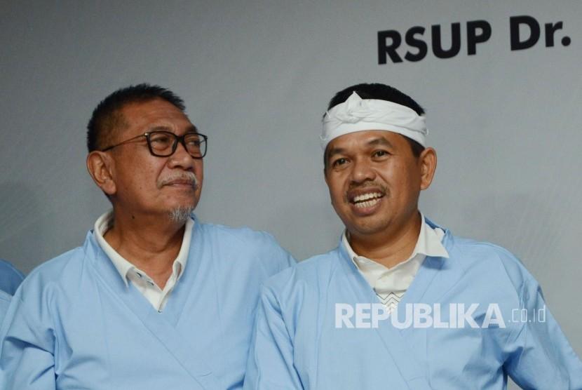 Pasangan Calon Gubernur dan Wakil Gubernur Jawa Barat Deddy Mizwar dan Dedi Mulyadi usai melakukan pemeriksaan kesehatan di RS Hasan Sadikin, Kota Bandung, Kamis (11/1).