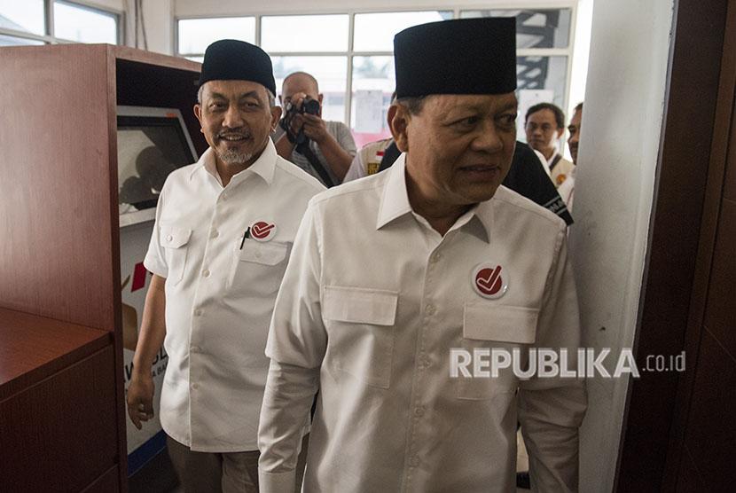 Pasangan Calon Gubernur dan Wakil Gubernur Jawa Barat Sudrajat (kanan) dan Ahmad Syaikhu (kiri) berjalan bersama saat memenuhi panggilan Badan Pengawas Pemilu (Bawaslu) Jabar di Bandung, Jawa Barat, Sabtu (19/5).
