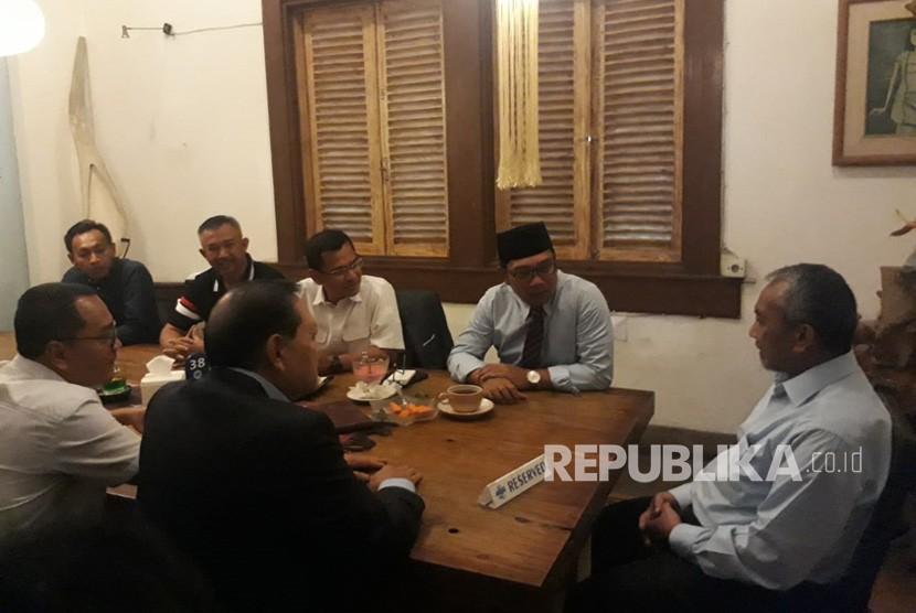 Pasangan Calon Gubernur Jawa Barat Sudrajat - Ahmad Syaikhu (Asyik) menemui Ridwan Kamil untuk mengucapkan selamat atas kemenangan dalam Pilgub Jawa Barat berdasarkan hasil rekapitulasi KPU Jawa Barat.