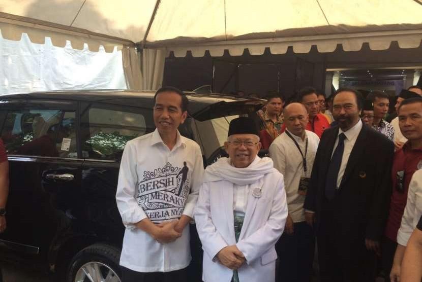 Pasangan calon Joko Widodo dan KH Ma'ruf Amin setelah mendaftar pencalonan capres dan cawapres di KPU, Jakarta Pusat, Jumat (10/8).