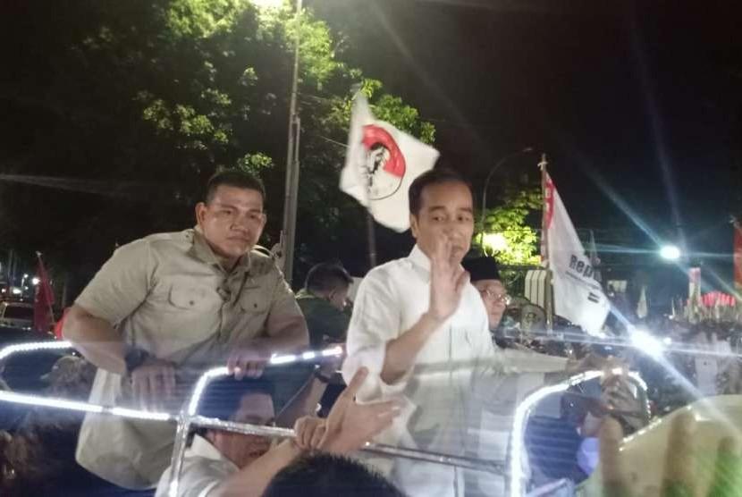 Pasangan calon presiden dan wakil presiden, Joko Widodo-KH Ma'ruf Amin menaiki Land Rover warna hijau menuju Komisi Pemilihan Umum (KPU), Jumat (21/9) malam.