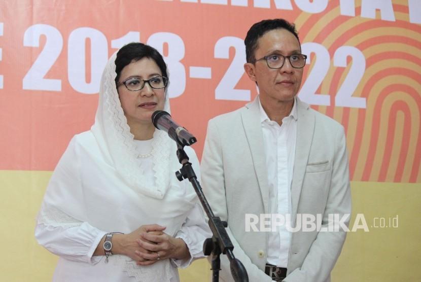 Pasangan Calon Wali Kota dan Wakil Wali Kota Bandung, Nurul Arifin dan Chairul Yaqin Hidayat memberikan keterangan kepada wartawan di Kantor KPU Kota Bandung, Rabu (10/1).