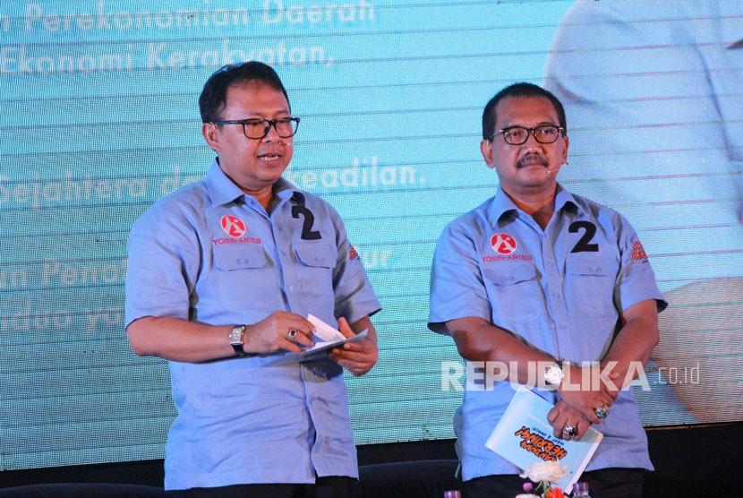 Pasangan calon wali kota dan wakil wali kota Bandung Yossi Irianto dan Aries Supriatna pada Debat Publik 1 di Hotel BnB, Kota Bandung, Ahad (25/3).