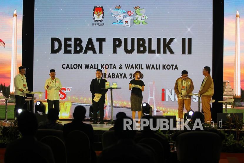 Pasangan calon Wali Kota dan Wakil Wali Kota Surabaya nomor urut satu Eri Cahyadi (kiri) dan Armuji (kedua kiri) menjawab pertanyaan panelis disaksikan pasangan nomor urut dua Machfud Arifin (kedua kanan) dan Mujiaman (kanan) saat Debat Publik kedua Pemilihan Kepala Daerah (Pilkada) Kota Surabaya di Surabaya, Jawa Timur, Rabu (18/11/2020). Debat publik kedua tersebut membahas tema tentang Peningkatan Pelayanan dan Kesejahteraan Masyarakat Kota Surabaya.