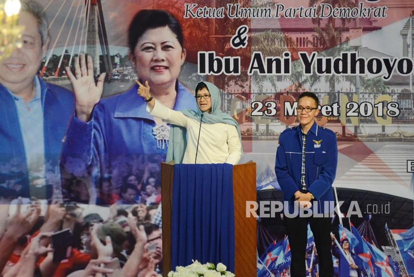 Pasangan calon wali kota dan wakil walikota Bandung, Nurul Arifin - Ruli tampil di depan Ketua Umum Partai Demokrat Susilo Bambang Yudhoyono, di Gedung Setia Graha, Kota Bandung, Jumat (23/3).