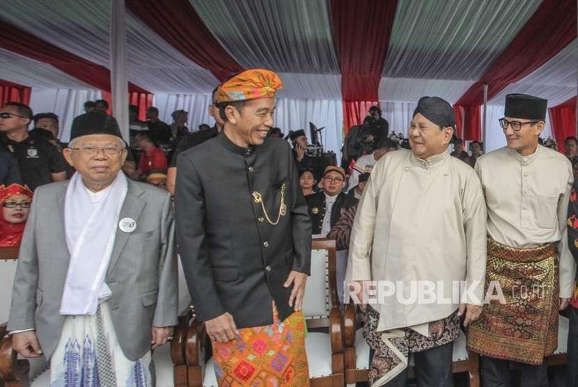 Pasangan Capres-Cawapres nomor urut 01 Joko Widodo (kedua kiri)-Maaruf Amin (kiri) dan nomor urut 02 Prabowo Subianto (ketiga kiri)- Sandiaga Uno (kanan) berbincang saat menghadiri Deklarasi Kampanye Damai dan Berintegritas di kawasan Monas, Jakarta, Ahad (23/9).