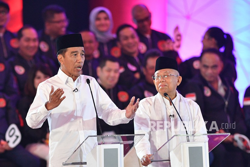 Presidential candidate number 01 Joko Widodo (left) accompanied by his running mate Ma'ruf Amin states opinion in the first round of 2019 presidential candidate debate at Hotel Bidakara, Jakarta, Thursday (Jan 17).