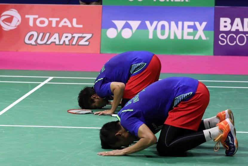 Pasangan ganda putra Indonesia, Mohammad Ahsan/Rian Agung Saputra sujud syukur di tengah lapangan usai mengalahkan pasangan Jepang, Takeshi Kamura/Keigo Sonoda dan lolos ke babak final Kejuaraan Dunia BWF 2017, Sabtu (26/8).