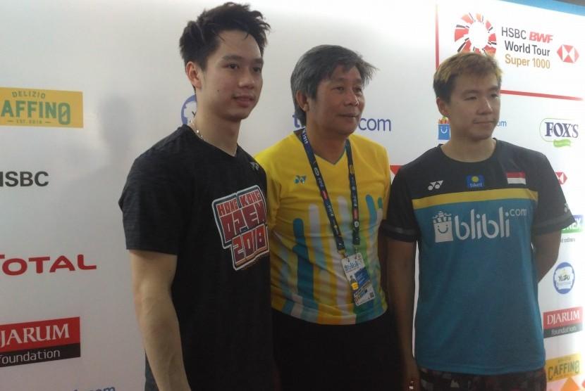 Pasangan ganda putra Marcus Fernaldi Gideon/Kevin Sanjaya Sukamuljo bersama pelatih, Herry Iman Pierngadi.