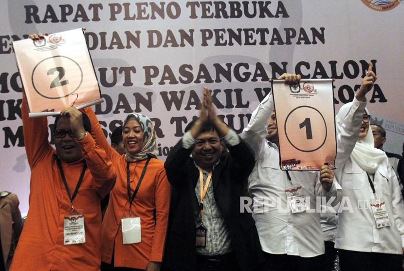 Pasangan Moh Ramdhan Pomanto (kiri)-Indira Mulyasari Paramastuti (dua kiri) dan pasangan Munafri Arifuddin (dua kanan)-Andi Rachmatika Dewi (kanan) didampingi ketua Komisi Pemilihan Umum (KPU) kota Makassar Syarief Amir (tengah) mengambil nomor urut pada rapat pleno penetapan nomor urut pasangan calon wali kota dan wakil wali kota Makassar di Makassar, Sulawesi Selatan, Selasa (13/2).