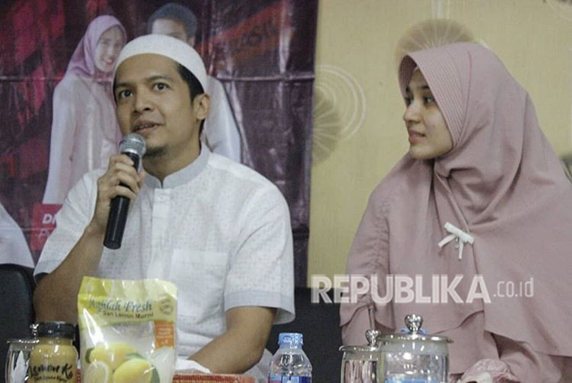 Pasangan muda Dimas Seto dan Dini Aminarti saat berbagi pengalaman tentang berhijrah di Masjid At-Taqwa Thamrin Residence, Jakarta, Ahad (8/4).