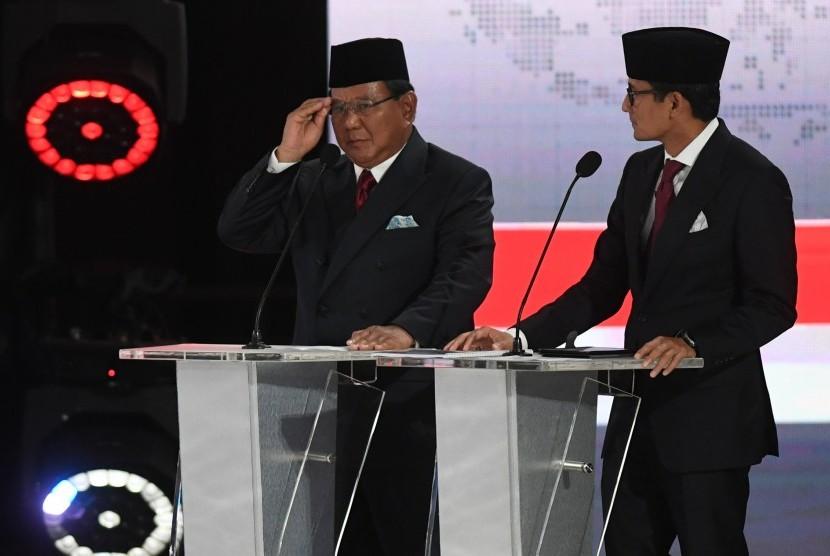 Pasangan nomor urut 02, Prabowo Subianto dan Sandiaga Uno, mengikuti debat kelima Pilpres 2019 di Hotel Sultan, Jakarta, Sabtu (13/4).