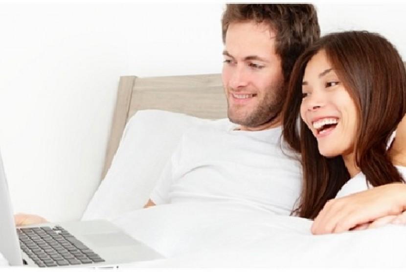 Pasangan nonton video (ilustrasi)