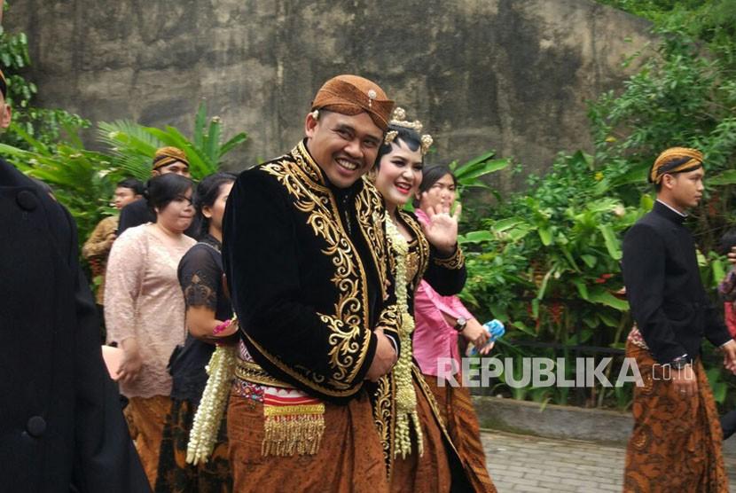 Pasangan pengantin baru, Kahiyang Ayu dan Bobby Nasution, menyapa tamu undangan yang hadir dalam sesi resepsi siang di Graha Saba, Solo, Rabu (8/11).