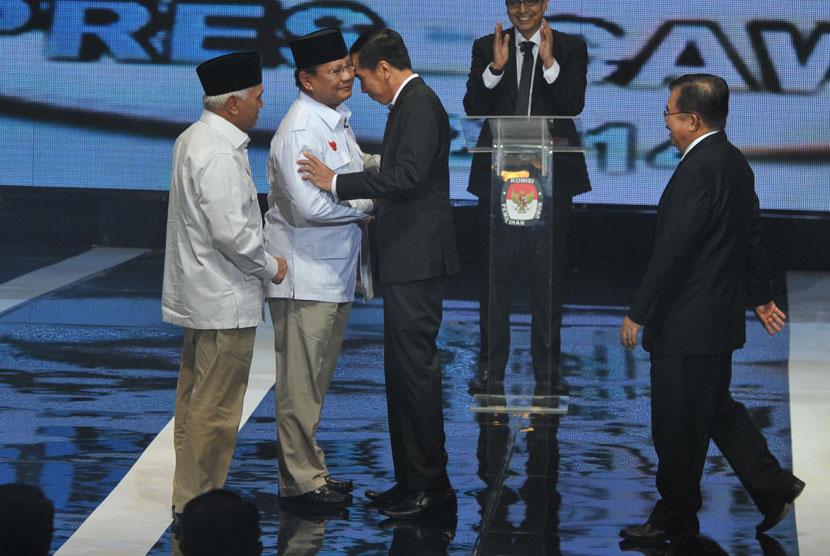 Pasangan Peserta Pilpres 2014, Prabowo Subianto-Hatta Rajasa dan Joko Widodo-Jusuf Kalla saling menyapa sebelum Debat Capres-Cawapres di Jakarta, Senin (9/6).  (Republika/Edwin Dwi Putranto)