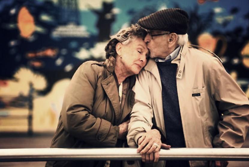 Pasangan tua yang mesra