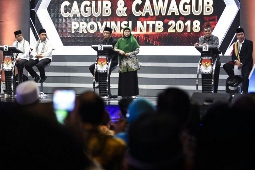 Pasangan Zulkieflimansyah dan Sitti Rohmi Djalilah (tengah) saat debat pilgub NTB di Mataram, NTB, Jumat (22/6) malam.