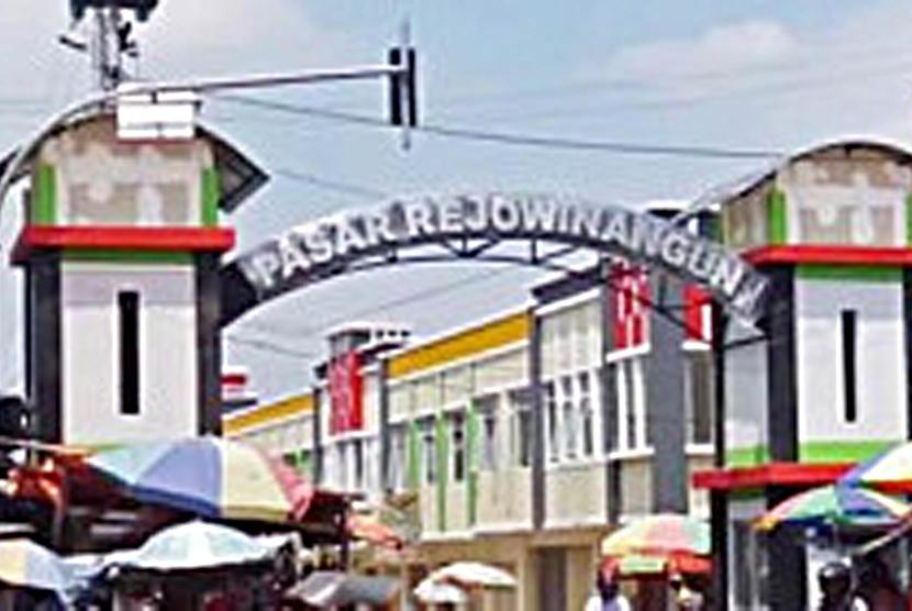 Petugas Gabungan Semprot Disinfektan Pasar Rejowinangun (ilustrasi).