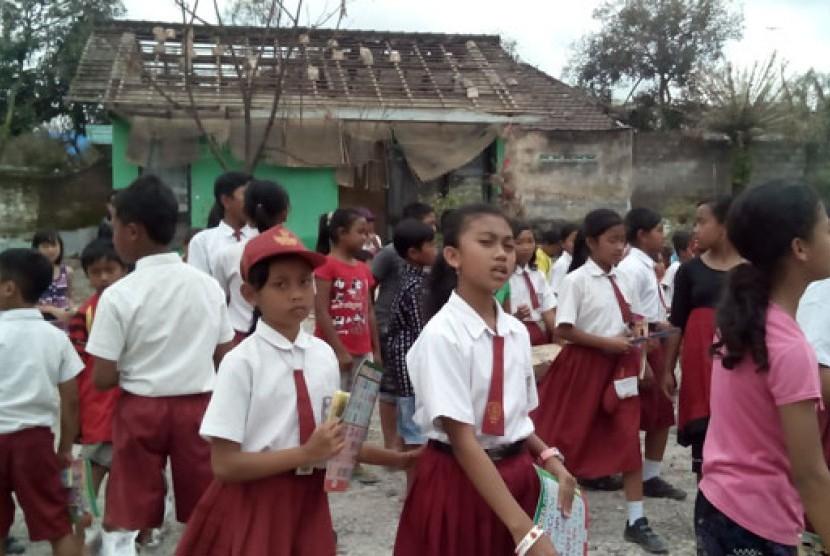 Pascaerupasi Kelud,  Sejumlah siswa SDN 03 Puncu, Kecamatan Puncu, Kabupaten Kediri, Senin (24/2)