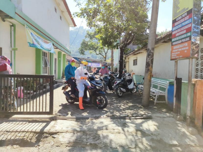 Pasien Covid-19 di Kecamatan Cisewu, Kabupaten Garut, diantarkan petugas menggunakan sepeda motor. Kasus Covid-19 di Kabupaten Garut saat ini sedang mengalami lonjakan. (ilustrasi)