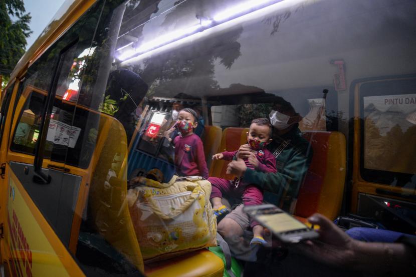 Pasien covid-19 menaiki bus khusus pasien untuk dibawa ke Rumah Sakit Darurat Covid-19 (RSDC) Wisma Atlet di Puskesmas Kecamatan Pasar Minggu, Jakarta.