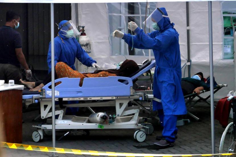 Pasien Covid-19 menjalani perawatan di tenda darurat khusus Covid-19 Rumah Sakit Umum Pusat (RSUP) Dr Sardjito, Yogyakarta.