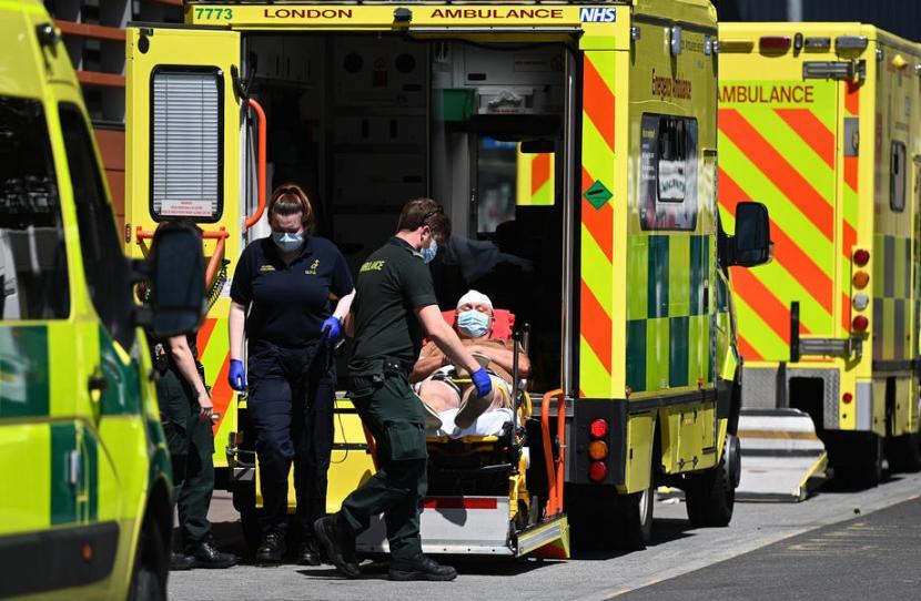 Pasien dibawa menuju RS Royal London, Inggris, Senin (14/6). PM Boris Johnson menunda pengumuman pelonggaran kebijakan lockdown hingga empat pekan lagi karena kenaikan kasus Covid-19 akibat varian Delta yang tinggi.