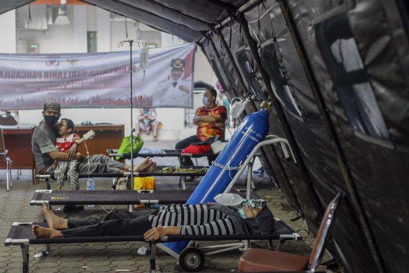 Pasien mendapatkan perawatan di tenda darurat Rumah Sakit Umum Daerah (RSUD) Cibinong, Kabupaten Bogor, Jawa Barat, Kamis (24/6/2021). RSUD Cibinong memasang tenda darurat untuk menampung pasien yang akan masuk ke IGD, karena ketersediaan kamar rawat menipis yaitu dari sebanyak 242 tempat tidur telah terisi 90 persen yang disebabkan lonjakan pasien COVID-19 beberapa hari terakhir di Kabupaten Bogor.