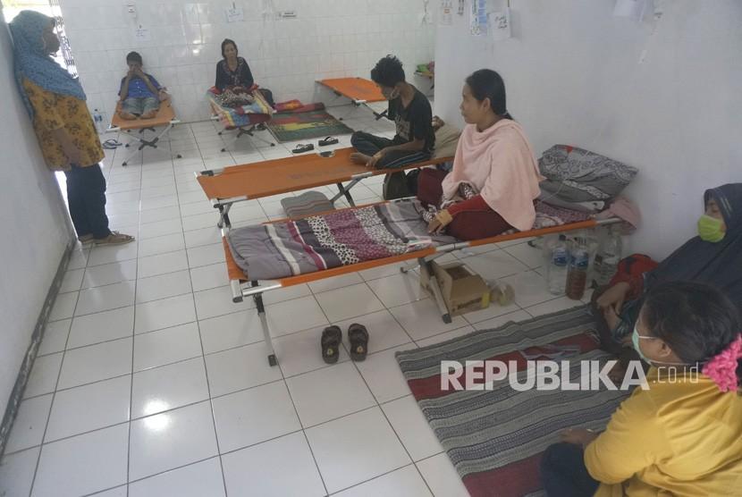 Pasien penderita Hepatitis A menjalani rawat inap di tempat-tempat tidur darurat (velt bed) di Puskesmas Ngadirojo, Pacitan, Jawa Timur, Kamis (27/6/2019).