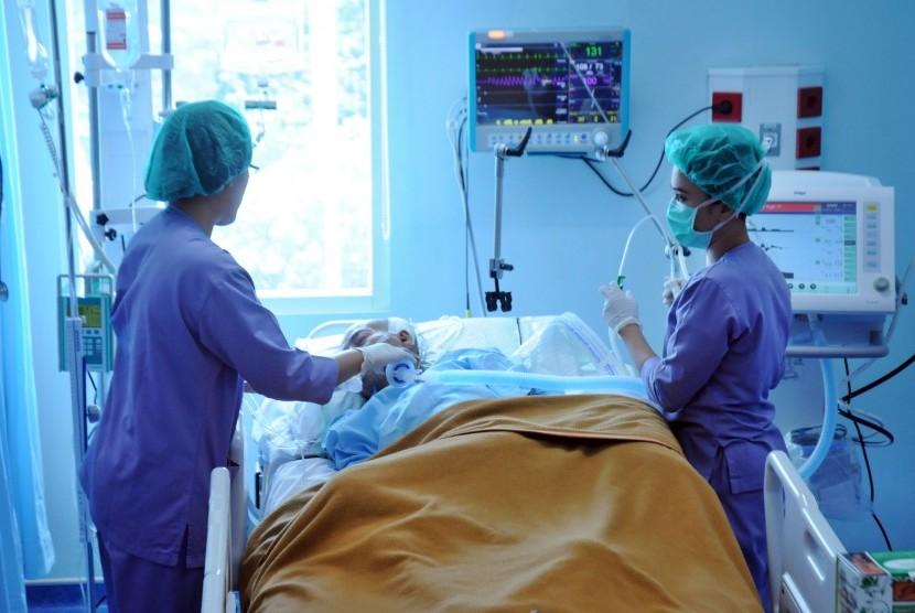 Pasien penderita stroke saat dirawat di sebuah rumah sakit.